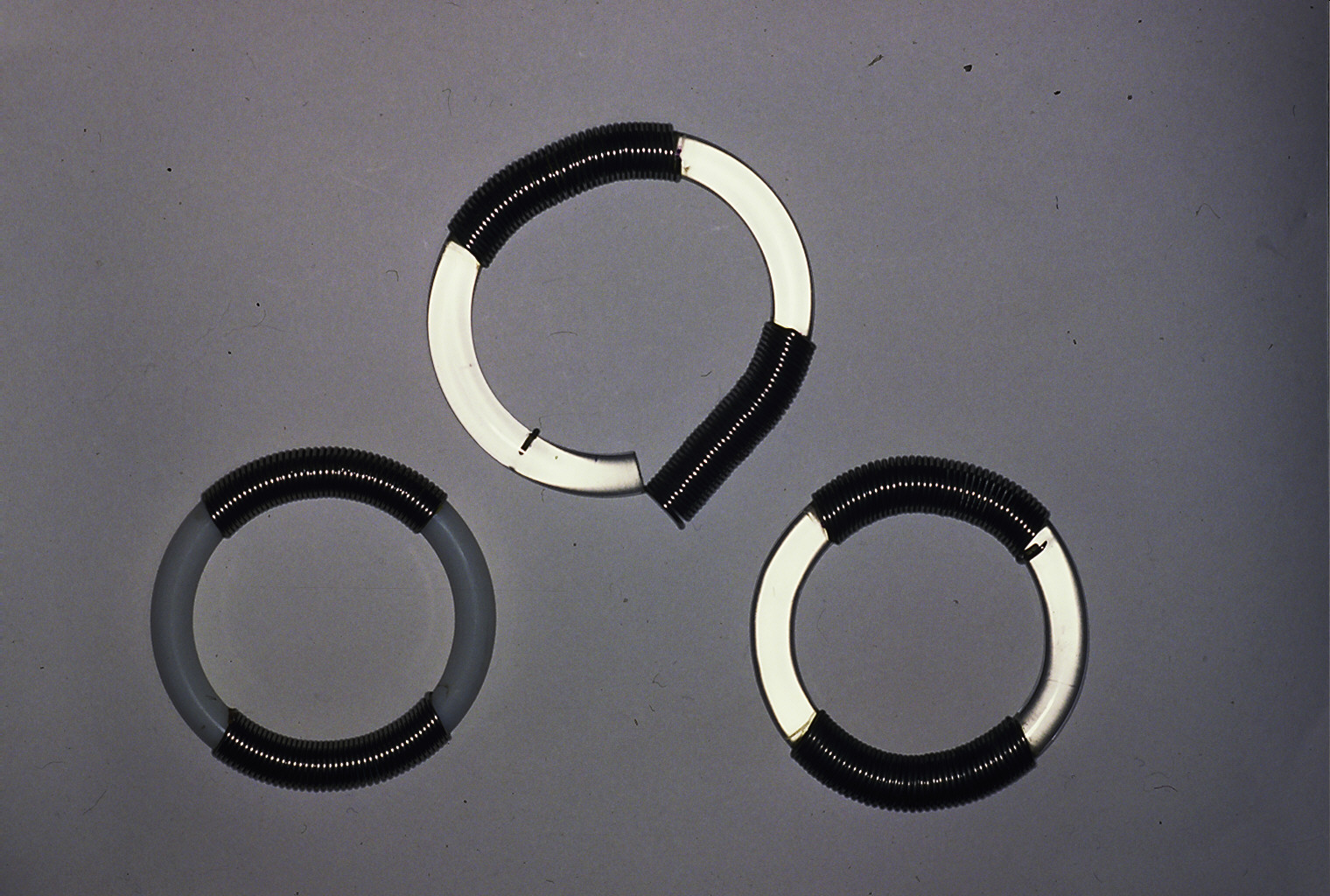 Lous Martin, Draaiveer, armbanden, 1973, metaal, kunststof
