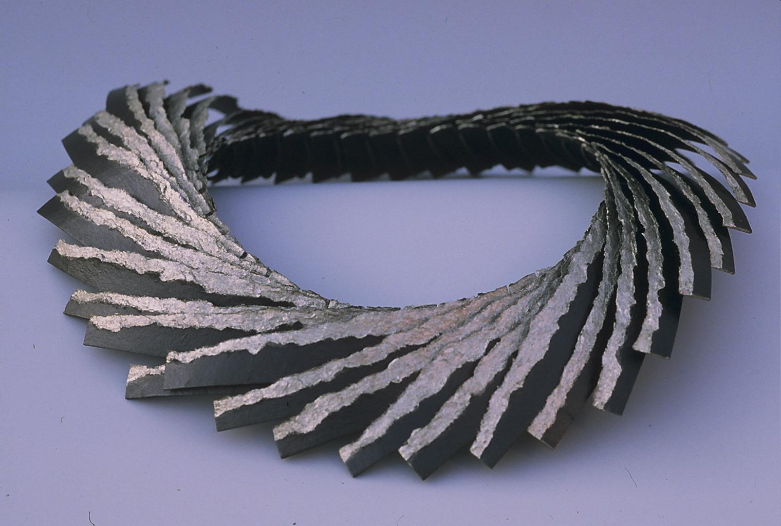 Lous Martin, Veertjescollier, halssieraad, 1989, karton, acrylverf