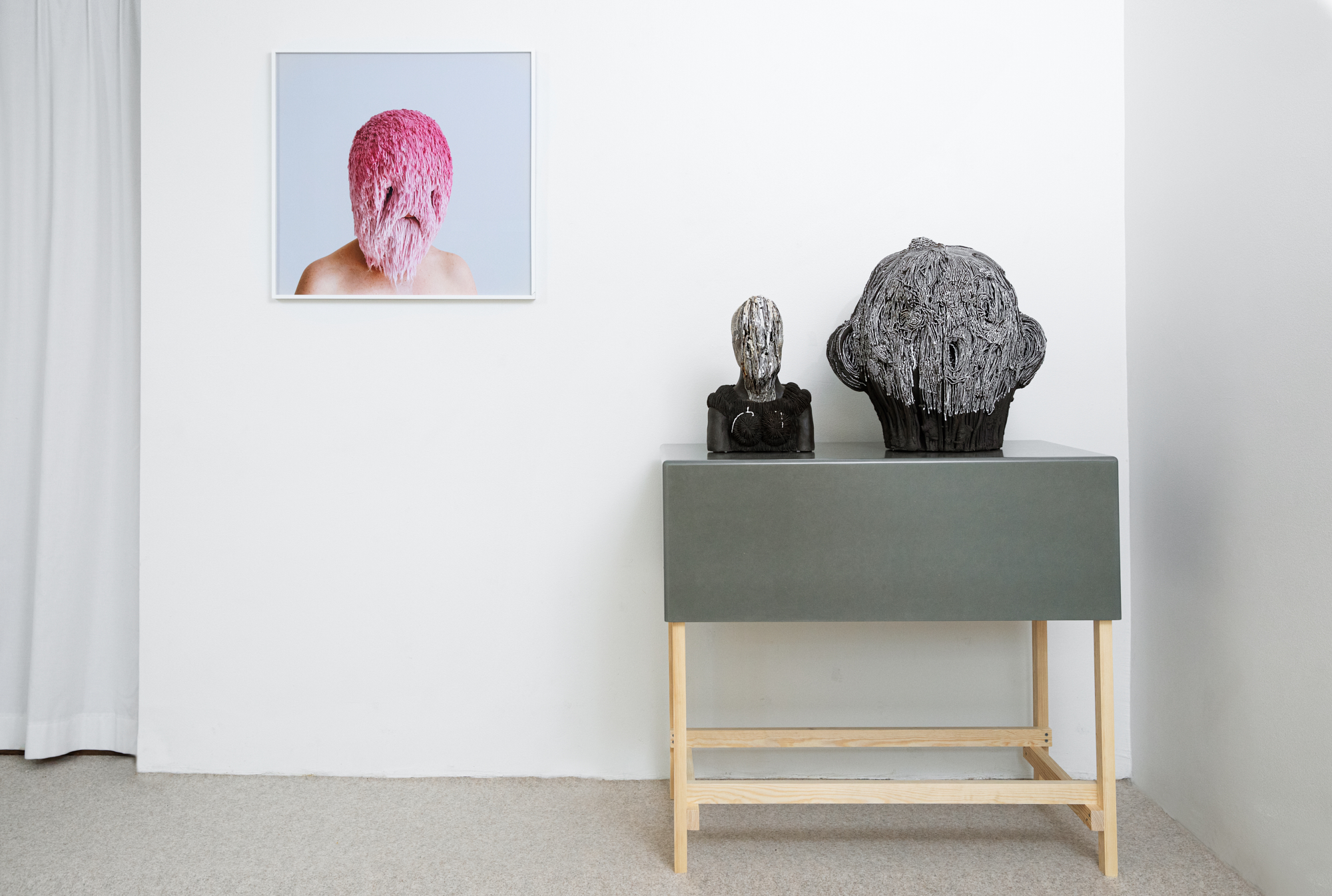 (smiling) faces, threadstories, Falsehoods, 2019; Carl Richard Söderström, Veild Bust, 2015, Troubled face, 2020, foto. Foto Sanna Lindberg, steengoed, glazuur