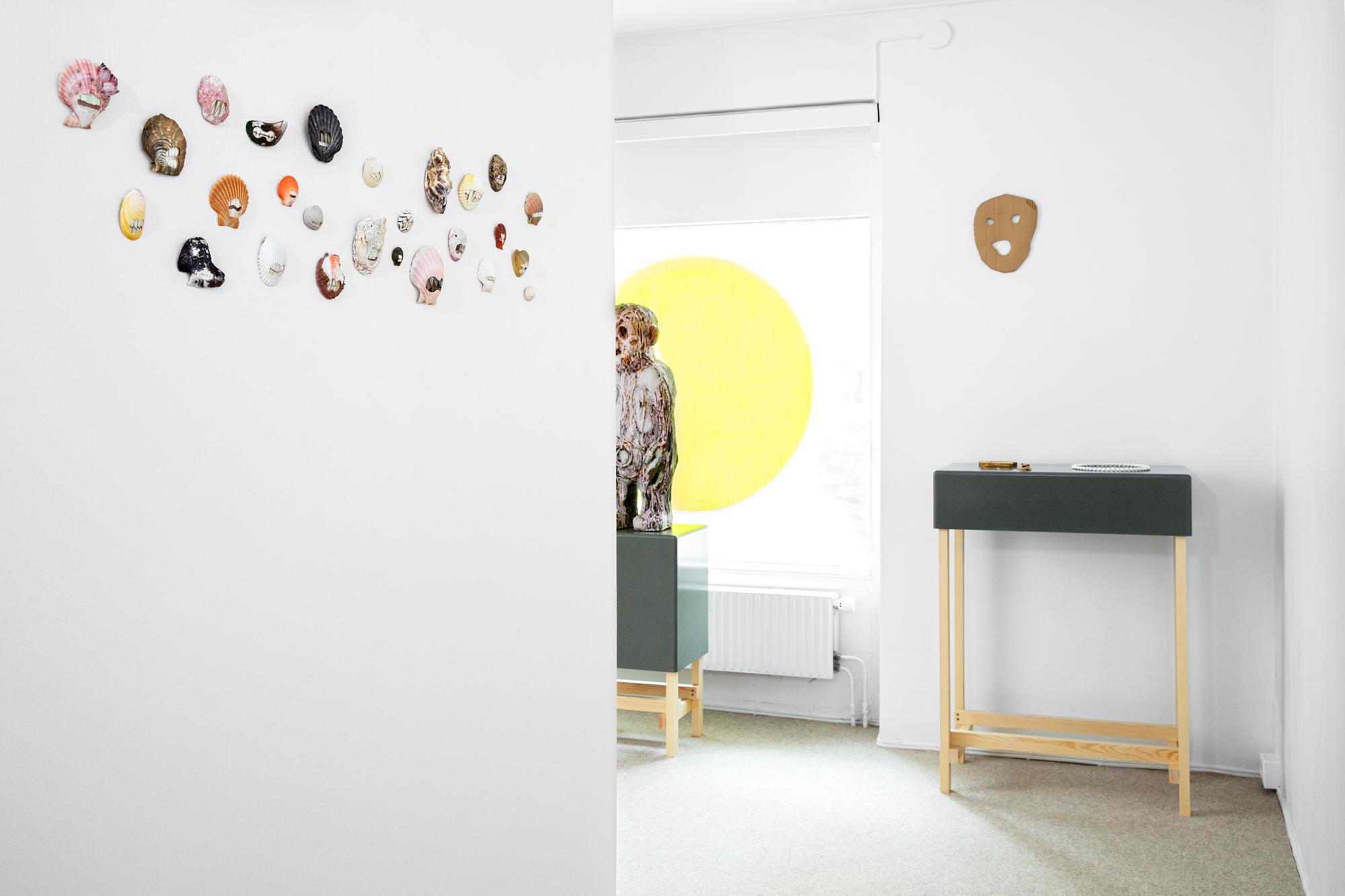 (smiling) faces, Benedikt Fischer, Pearly White, broches, 2020; Carl Richard Söderström, Hollow Mind, 2020; Mago Wiklund, Framför mig #1, 2017-2019. Foto Sanna Lindberg, schelp, parelmoer, steengoed, glas, verf, tentoonstelling