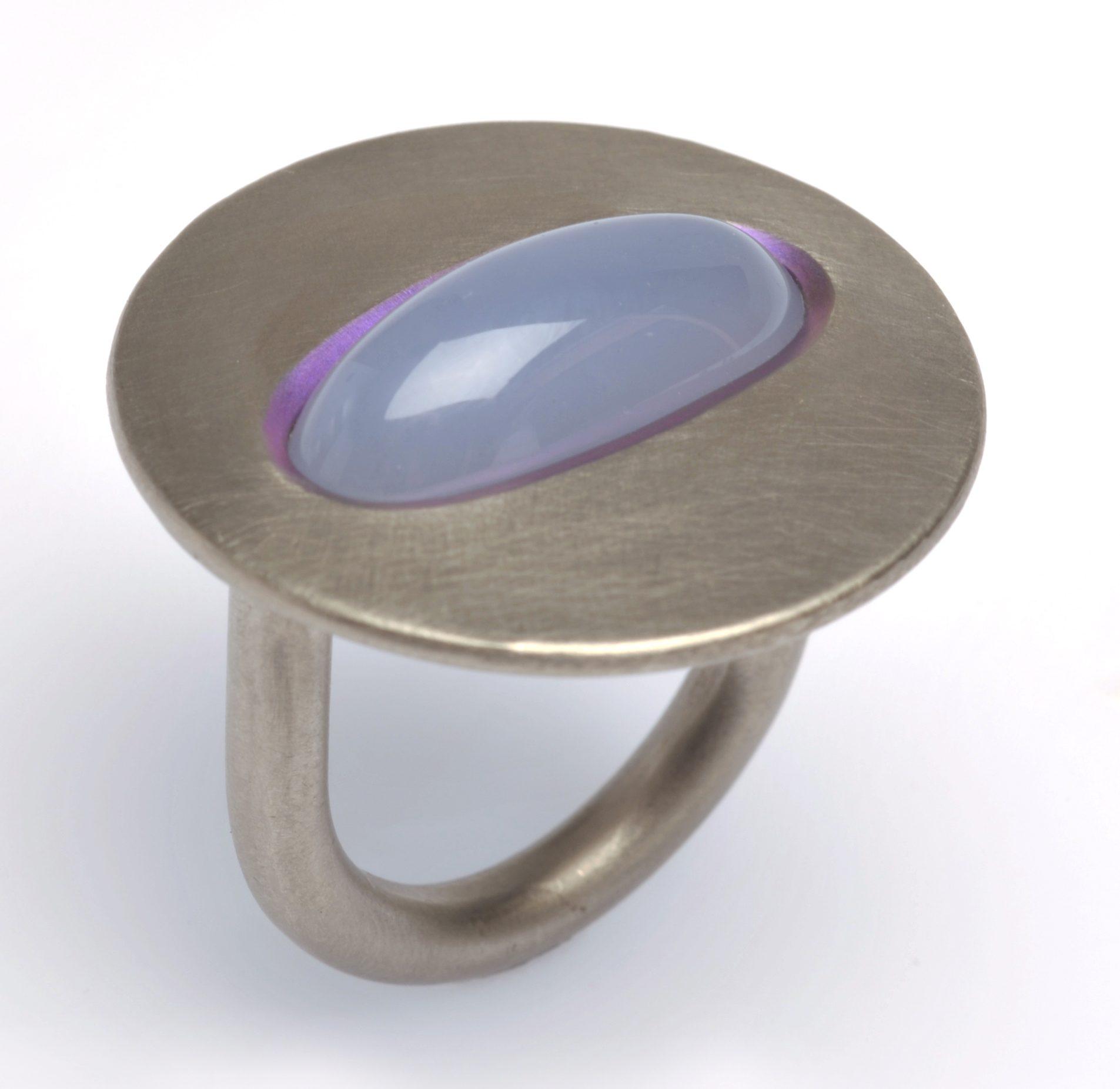 Johannes Kuhnen, ring, geanodiseerd titanium, cabochon geslepen chalcedoon,