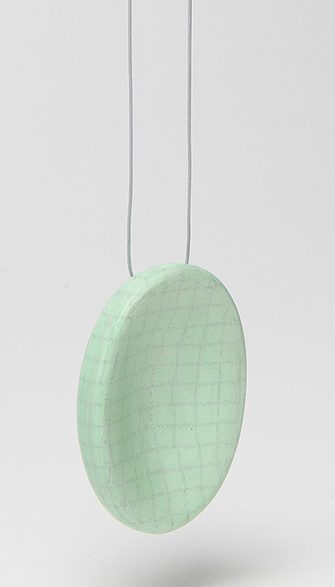 Barbara Schrobenhauser, Green Oval, halssieraad, 2014. Foto Mirei Takeuchi, papier, lijm, koord
