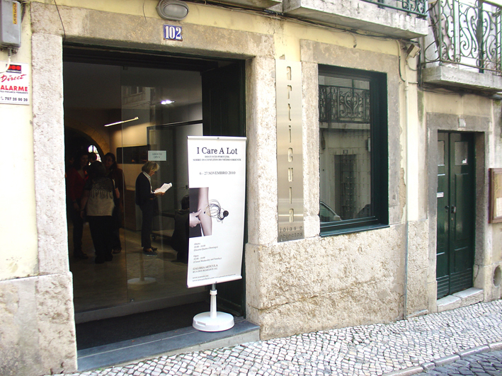 I Care a Lot, Galeria Articula, Rua dos Remédios 102, 2010, tentoonstelling, entree, exterieur, Dan Hakim