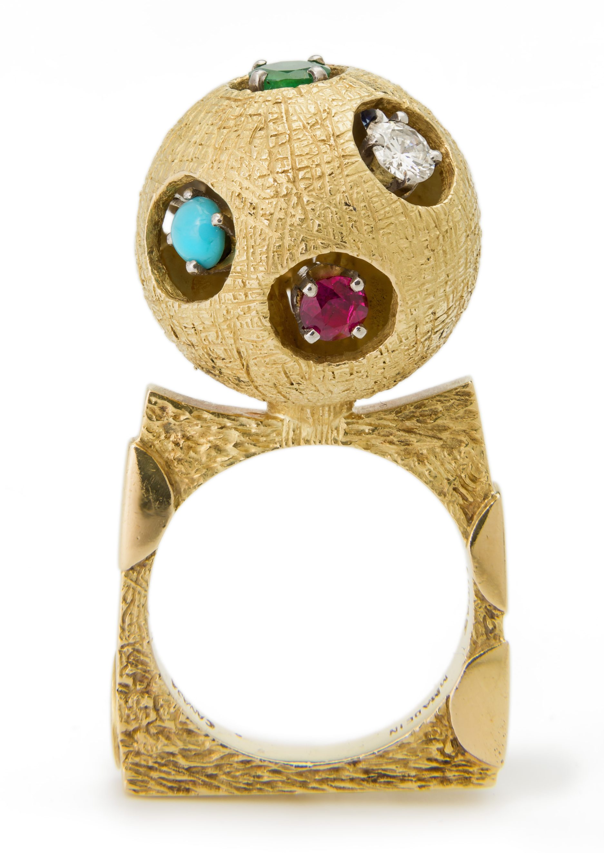Roger Lucas voor Cartier, ring, circa 1969. Collectie Kimberly Klosterman. Foto Tony Walsh, goud, diamant, turkoois, smaragd, robijn, saffier