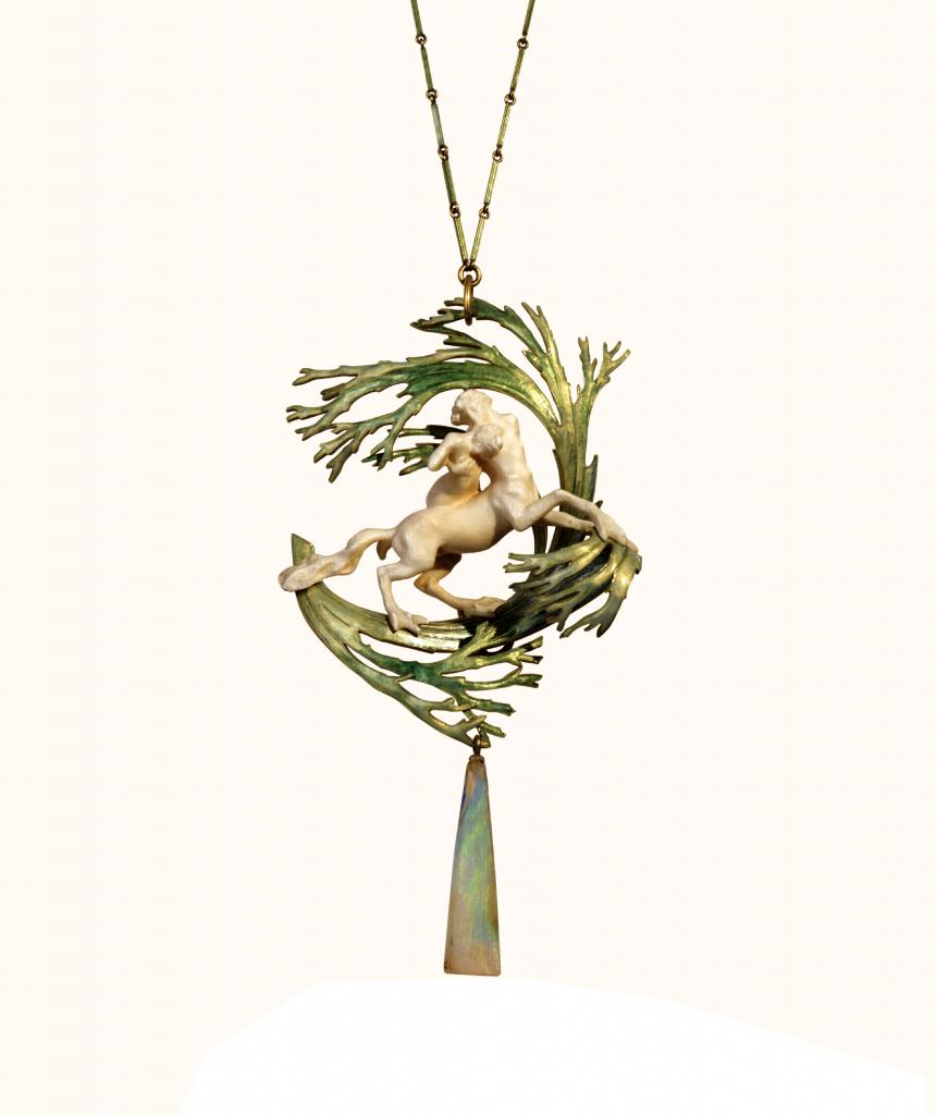 René Lalique, The capture of Dejanira, halssieraad, circa a1900-1902. Collectie Museu Calouste Gulbenkian. Collectie Calouste Gulbenkian, goud, email, ivoor, opaal