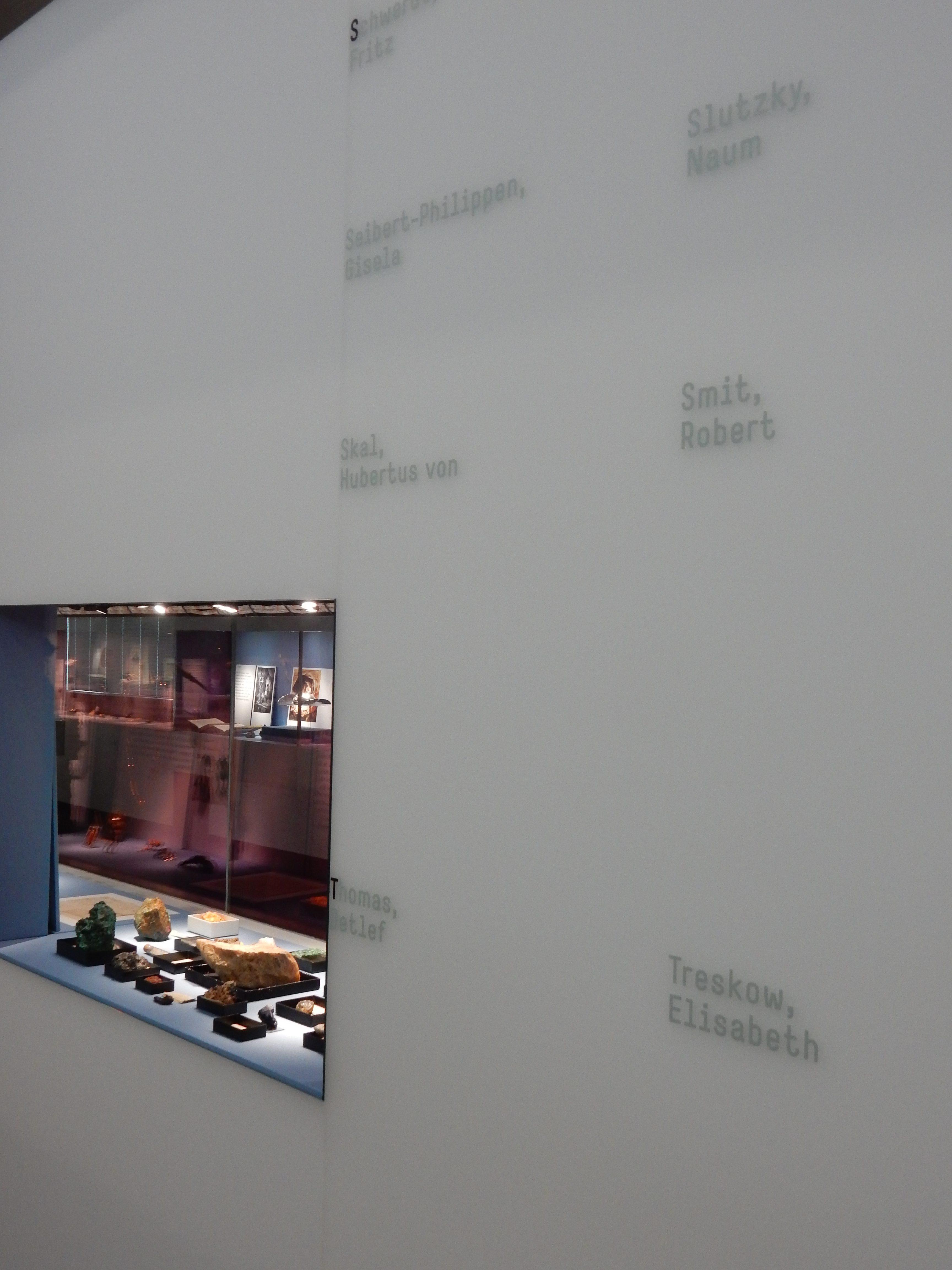Schmuckmuseum Pforzheim, Wand met namen van sieraadontwerpers, 11 mei 2019. Foto Coert Peter Krabbe, interieur, Hubertus von Skal, Thomas Detlef, Naum Slutzky, Robert Smit, Elisabeth Treskow, vitrine