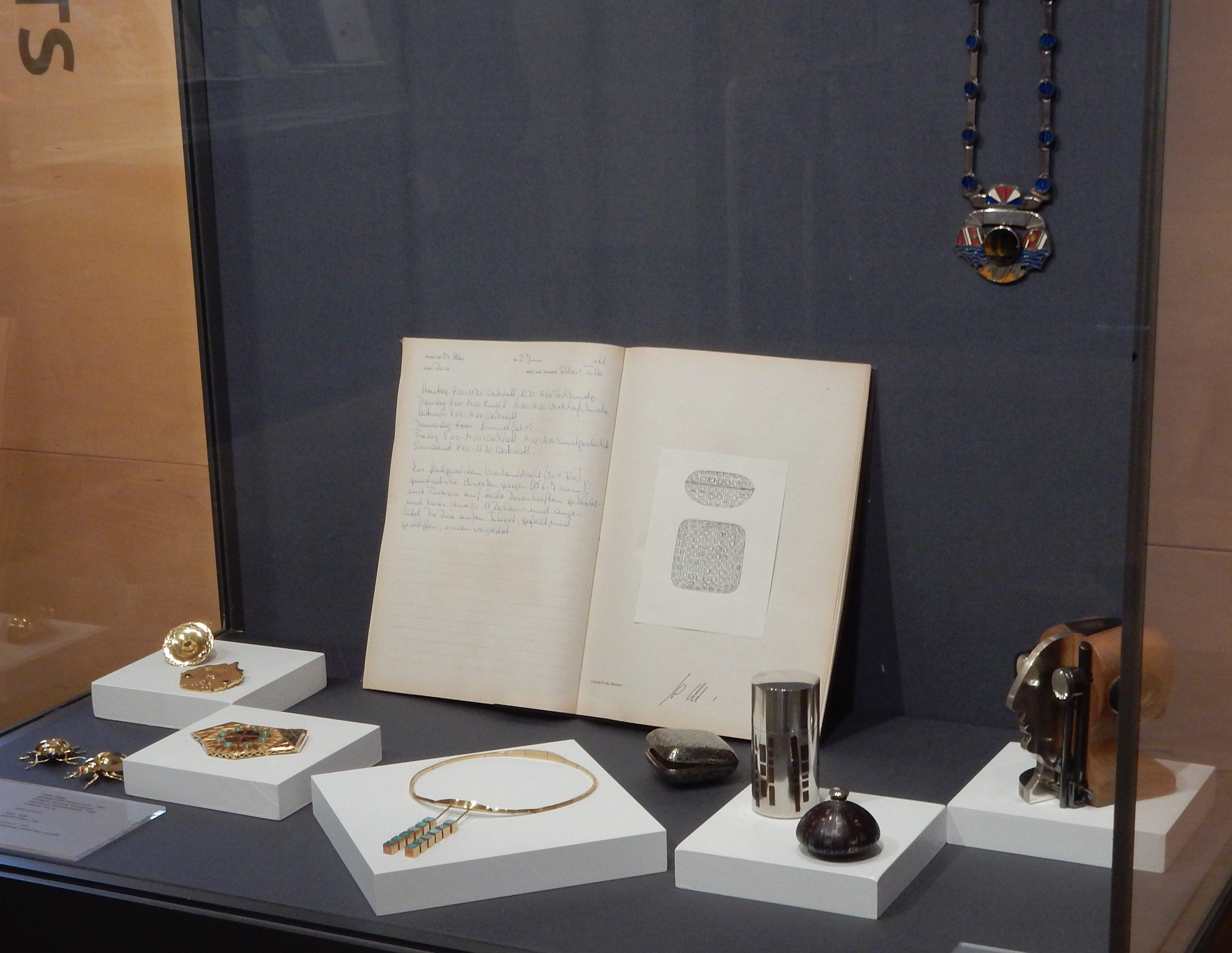 Künstler des Monats, Gisela & Wolfgang Flügge. Deutsches Goldschmiedehaus. Foto Esther Doornbusch, mei 2019, vitrine, halssieraad