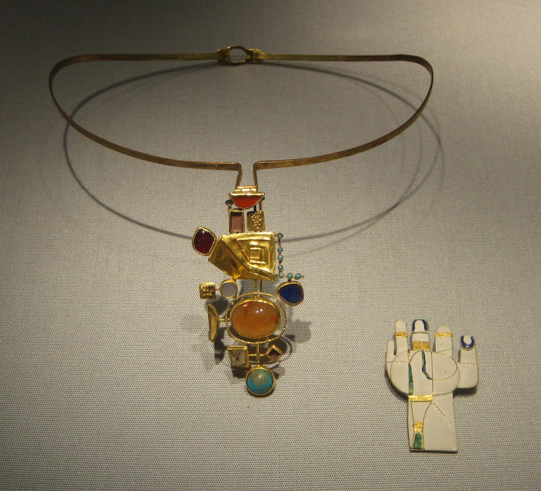 Hermann Jünger, halssieraad, 1963, broche, 1967. Schmuckmuseum Pforzheim. Foto Esther Doornbusch, mei 2019, goud, steen, email