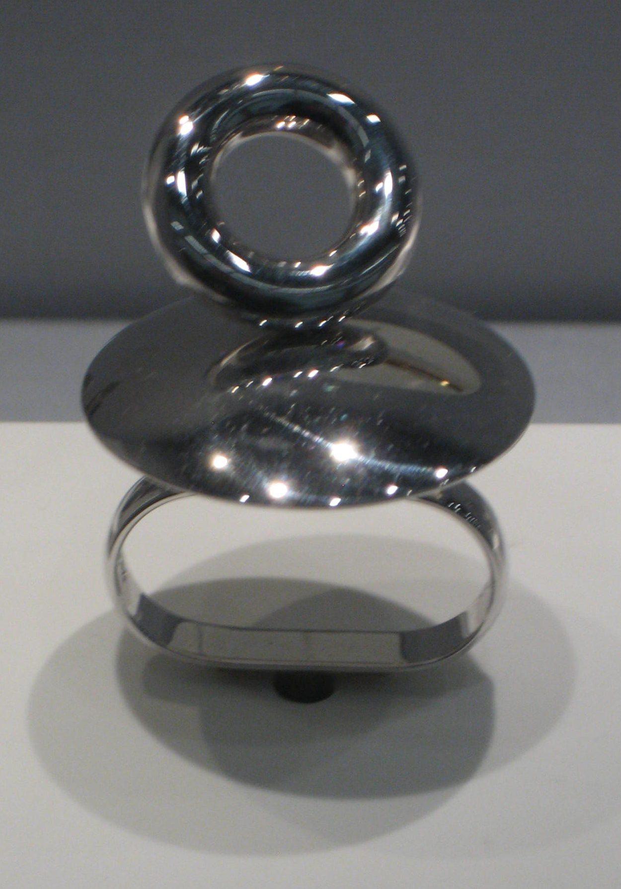 Friedrich Becker, ring. Collectie Schmuckmuseum Pforzheim. Foto Coert Peter Krabbe, mei 2019