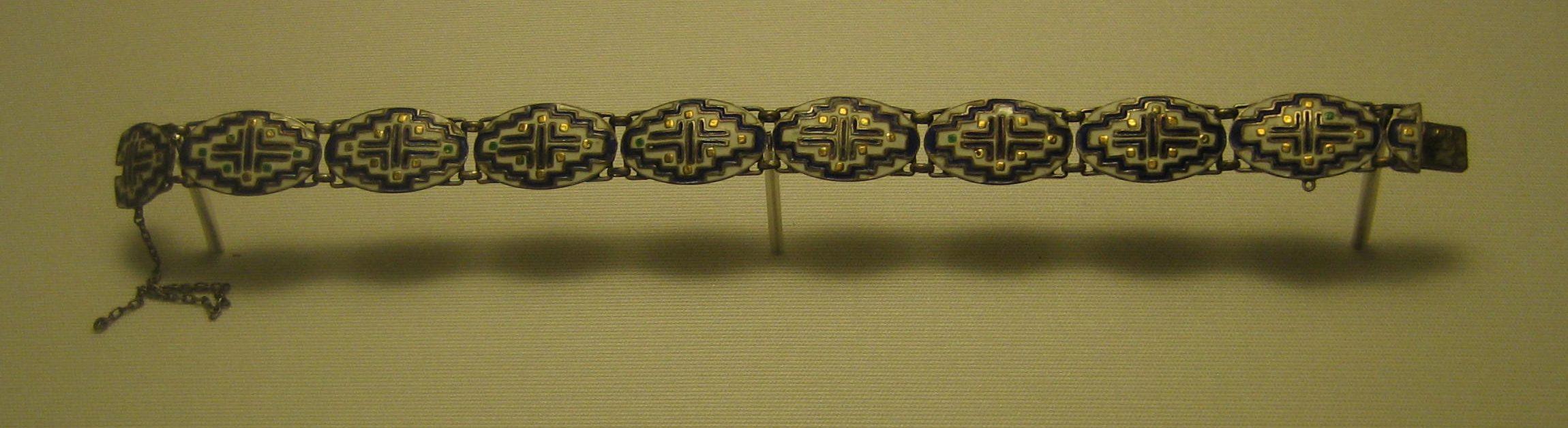 Theodor Fahrner, armband, 1910-1913. Collectie Schmuckmuseum Pforzheim. Foto Esther Doornbusch, mei 2019, verguld zilver, email, chrysopraas