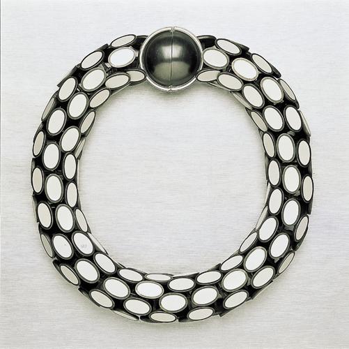 Paula Crespo, halssieraad, 1995, geoxideerd zilver, synthetisch email
