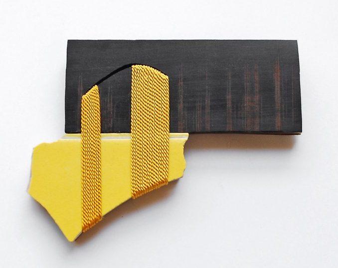 Danni Schwaag, Jakop VII, broche, 2010, ebbenhout, email op koper, tegel, ziver, staal, zijdelint