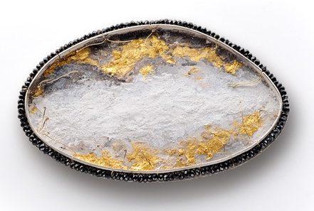 Lucia Massei, Kyoto, broche, zilver, goud, spinel, marmerpoeder, pigment