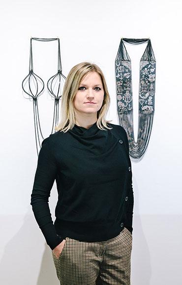 Veronika Fabian, portret, halssieraad