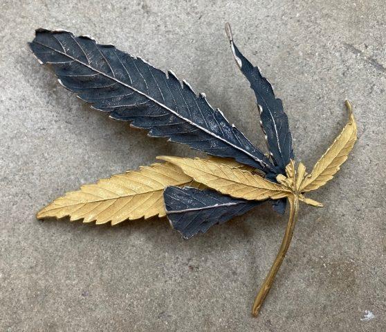 John Iversen, Pot Leaf, broche, 2020, goud, zilver