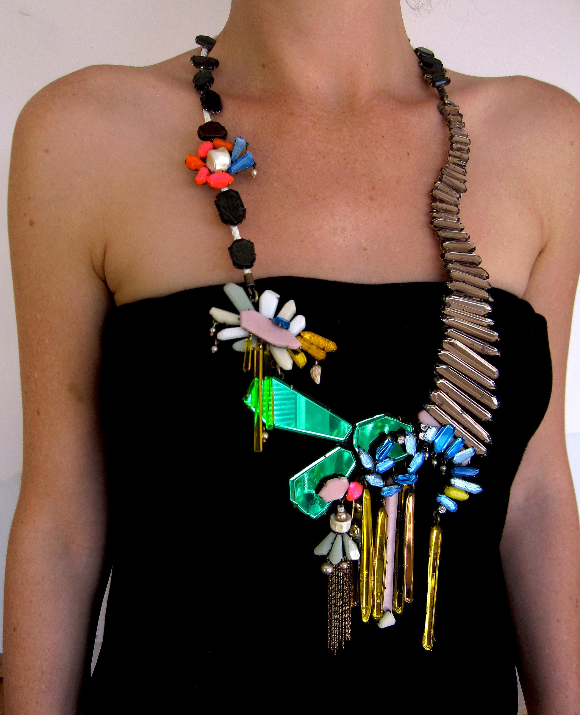 Nikki Couppee, Cascades, halssieraad, 2012, plexiglas, messing, leer, schelp, acryl