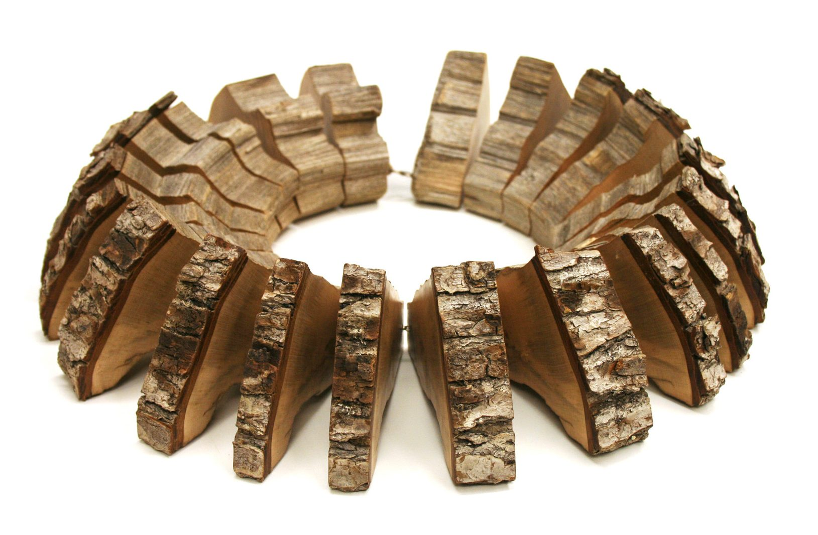 Edgar Mosa, The Hours, halssieraad, 2010, hout