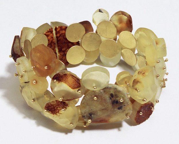 Julie Mollenhauer, armband, 2001. Foto Thomas Lenden, amber, goud