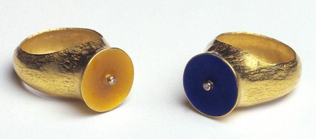 Julie Mollenhauer, ringen, 1994. Foto Thomas Lenden, goud, email, diamanten