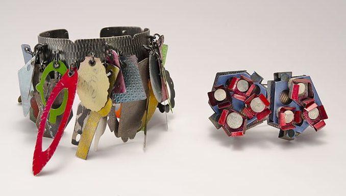 Helen Britton, armband en broche, 2012-2013, zilver, verf