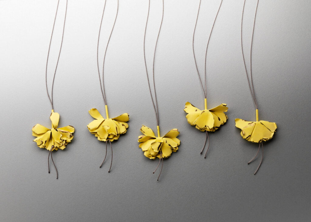 Jess Dare, Waning Marigolds, halssieraden, 2015, gepoedercoat messing, zilver, zijde