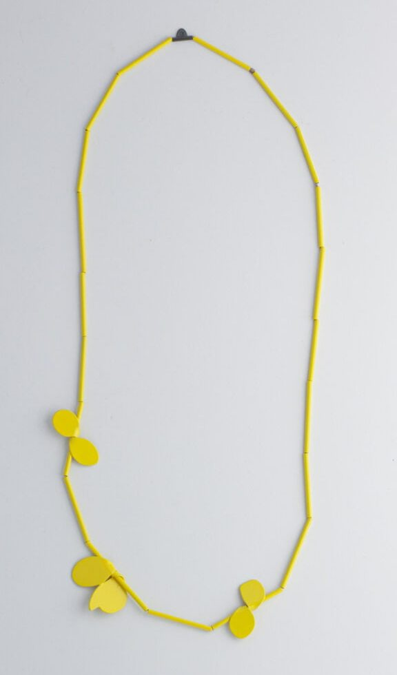 Jess Dare, Leaf necklace (yellow), halssieraad, 2020, gepoedercoat messing, zilver