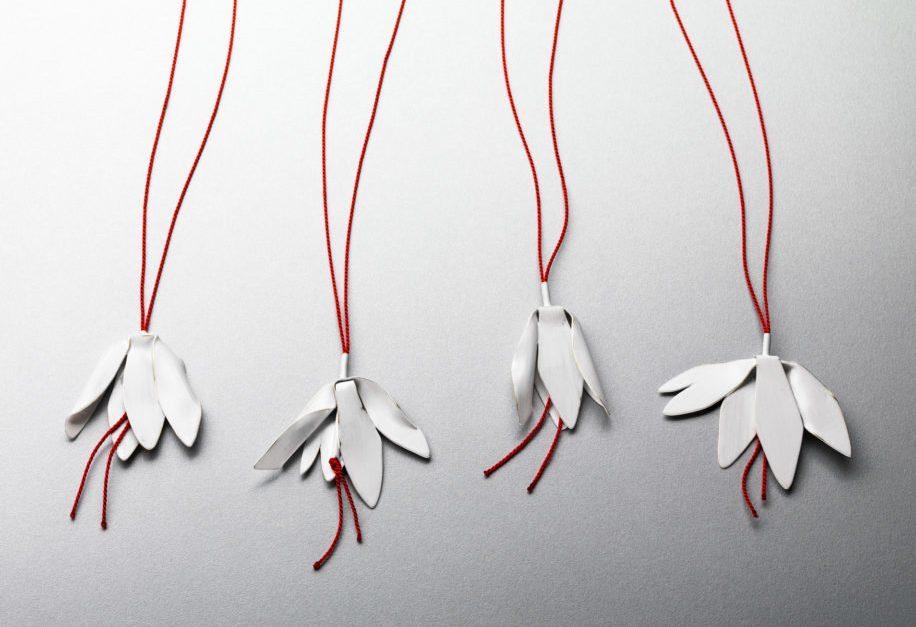 Jess Dare, Wilted Champee Pendants, halssieraden, 2015, gepoedercoat messing, zilver, zijde