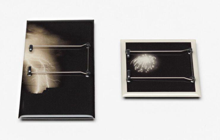 Kiko Gianocca. Fireworks, broches, 2012, achterzijde, zilver, kunsthars, foto