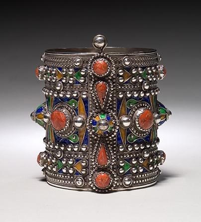 Armband, Algerije, 1900-1999. Collectie World Jewellery Museum, zilver, email, carneool