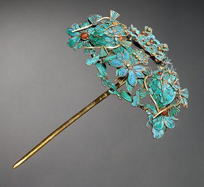 Sieraad, China, Qing Dynastie. Collectie World Jewellery Museum, verguld zilver, veren, koraal, parels
