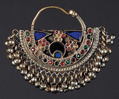 Oorsieraad, India, 1900-1999. Collectie World Jewellery Museum, zilver, email, glas