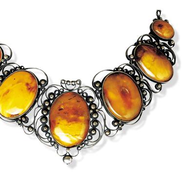 Tiara, Tsjechië, 1900-1949. Collectie World Jewellery Museum, barnsteen, zilver