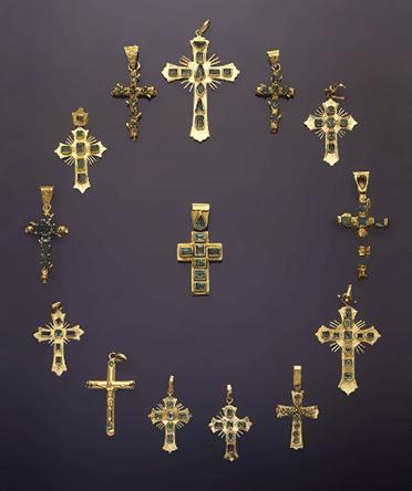 Hangers met kruizen, Colombia, 1900-1999. Collectie World Jewellery Museum, goud, smaragd