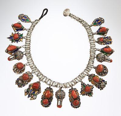 Halssieraad, Algerije, 1900-1999. Collectie World Jewellery Museum, zilver, email, koraal
