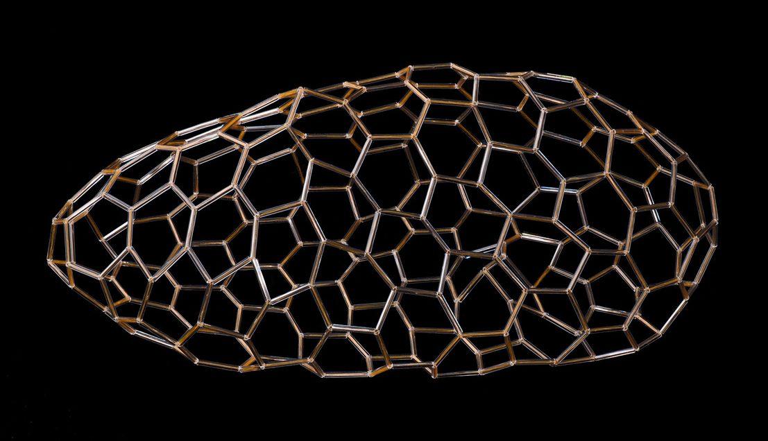 Hilde Foks, Fullereen, object, 2020. Foto Rob Ouwerkerk, glas, nylon