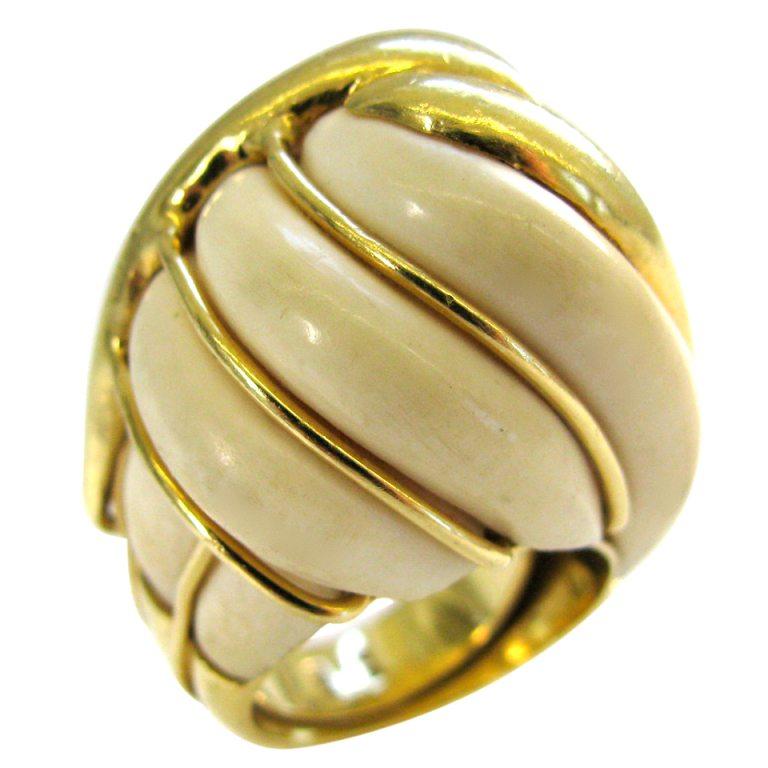 Ring, Italië, circa 1960. Foto Kimberly Klosterman, ivoor, goud
