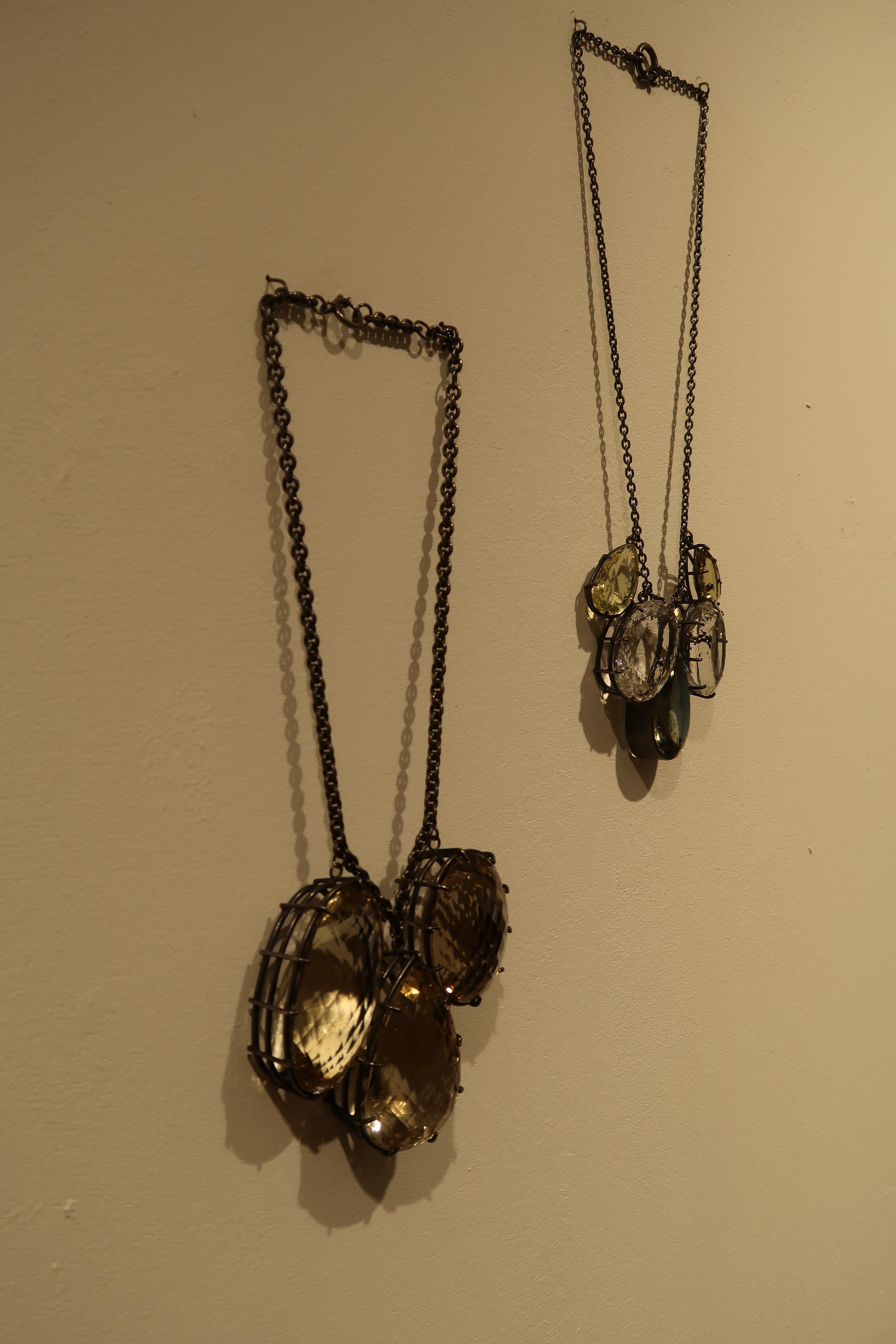 Georg Dobler, halssieraden, Stones - The Final Cut, Galerie Handwerk, München, 11 maart 2020. Foto Coert Peter Krabbe, tentoonstelling