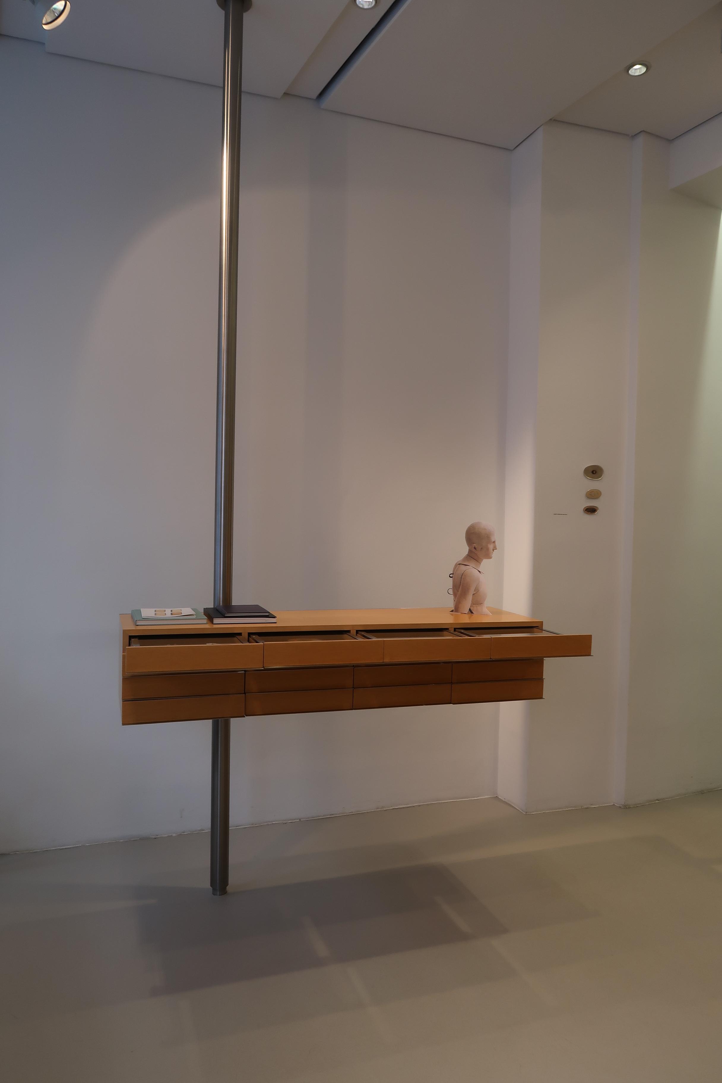 Galerie Isabella Hund, interieur, München, 12 maart 2020. Foto Coert Peter Krabbe, CC BY 4.0, ladenkast