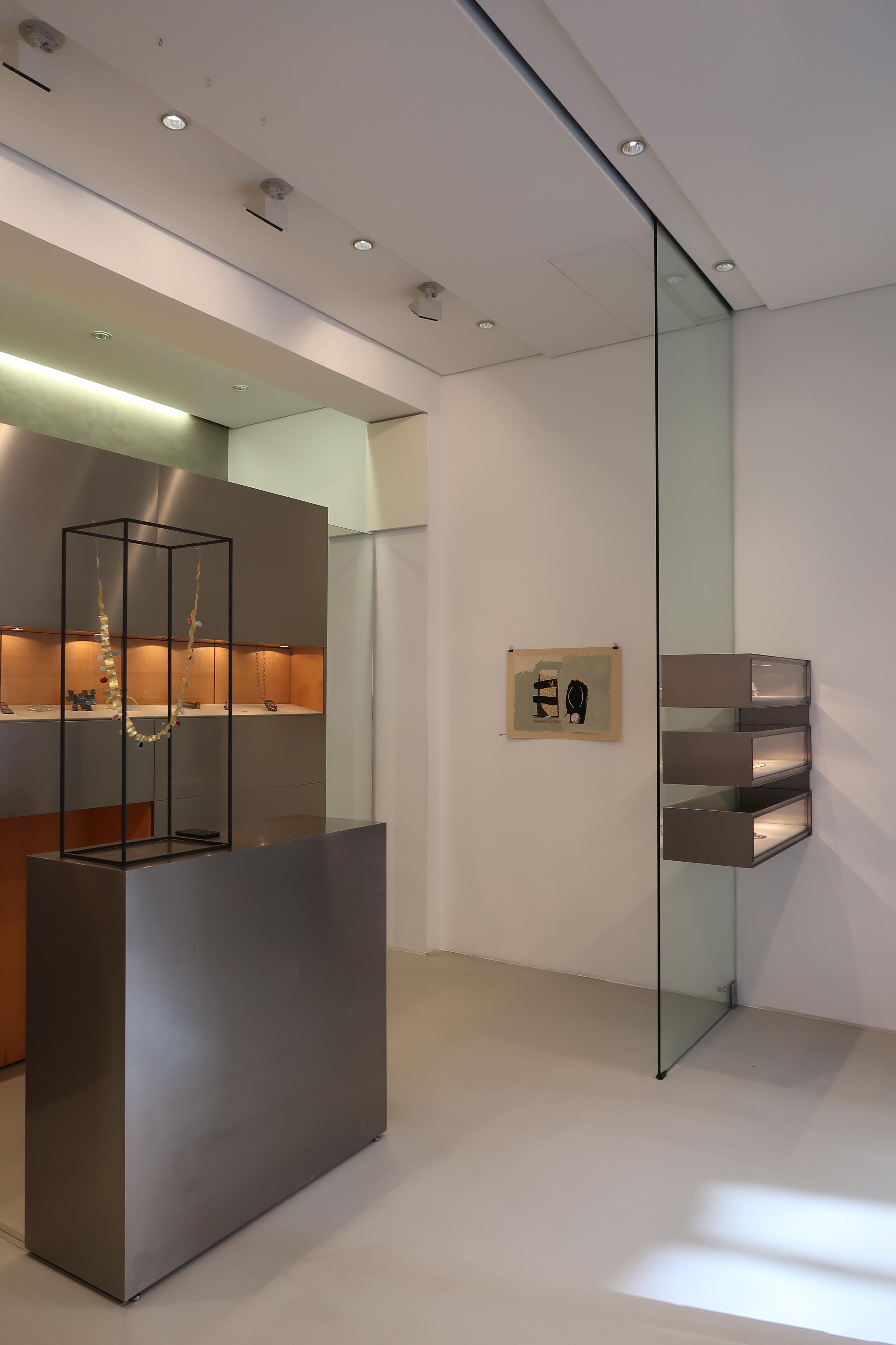 Galerie Isabella Hund, interieur, München, 12 maart 2020. Foto Coert Peter Krabbe, vitrine, halssieraad, Margit Jäschke