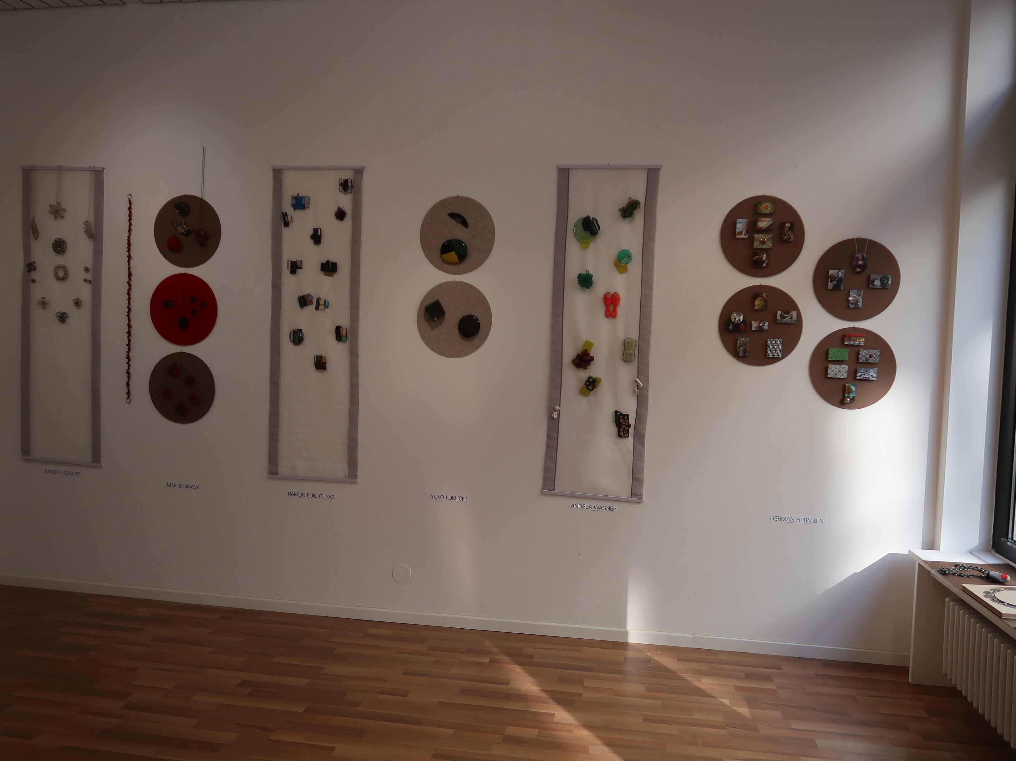 Galerie Spektrum op locatie, München, 13 maart 2020. Foto Coert Peter Krabbe, tentoonstelling, broches, halssieraden
