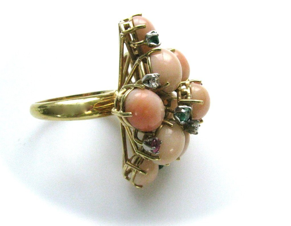 Ring, circa 1960. Foto Kimberly Klosterman, goud, koraal, smaragd, robijn, diamant