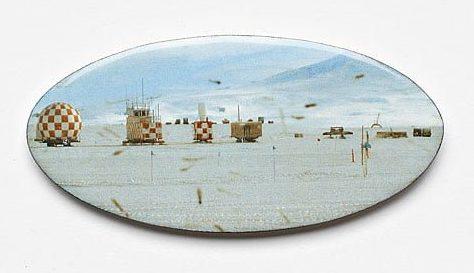 Kirsten Haydon, Ice Depot, broche, 2011. Foto Gallery Funaki, email, koper, fototransfer, glas, zilver