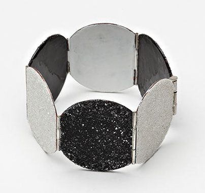Kirsten Haydon, Diamond Dust, armband, 2011. Foto Gallery Funaki, email, koper, reflecterende kralen