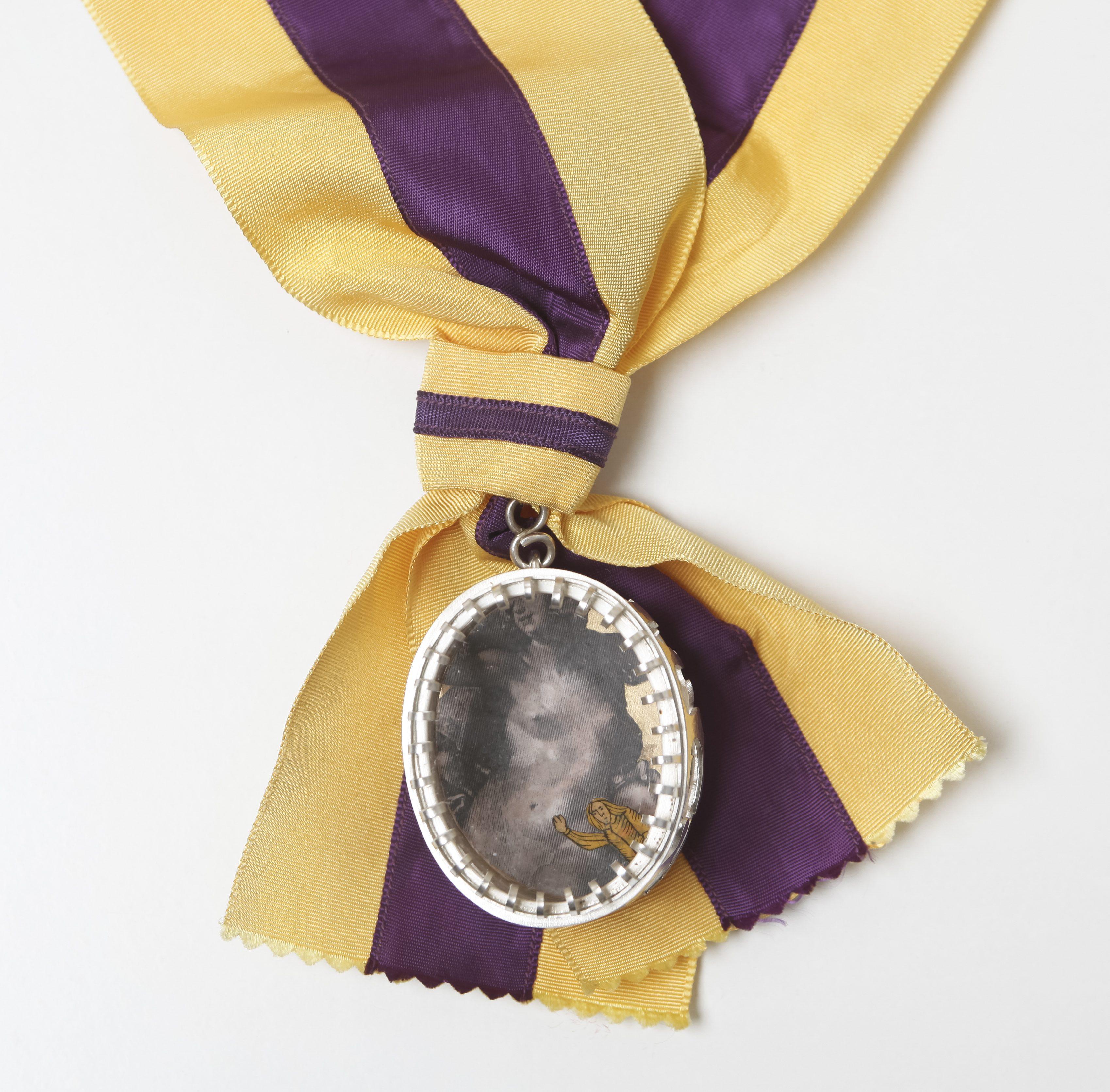 Marília Maria Mira, Immodesty Insignia, 1993. Foto Manuel Portugal, textiel, parfum, koper, glas, papier, was, zijde