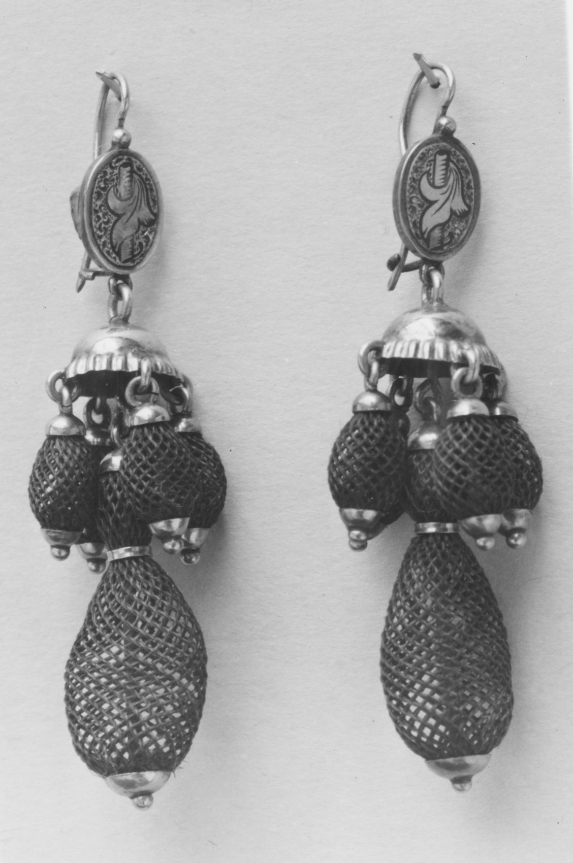 Kay Wright and Company, oorsieraden, circa 1880. Collectie Metropolitan Museum of Art, 54.93.1, .2, menselijk haar, goud