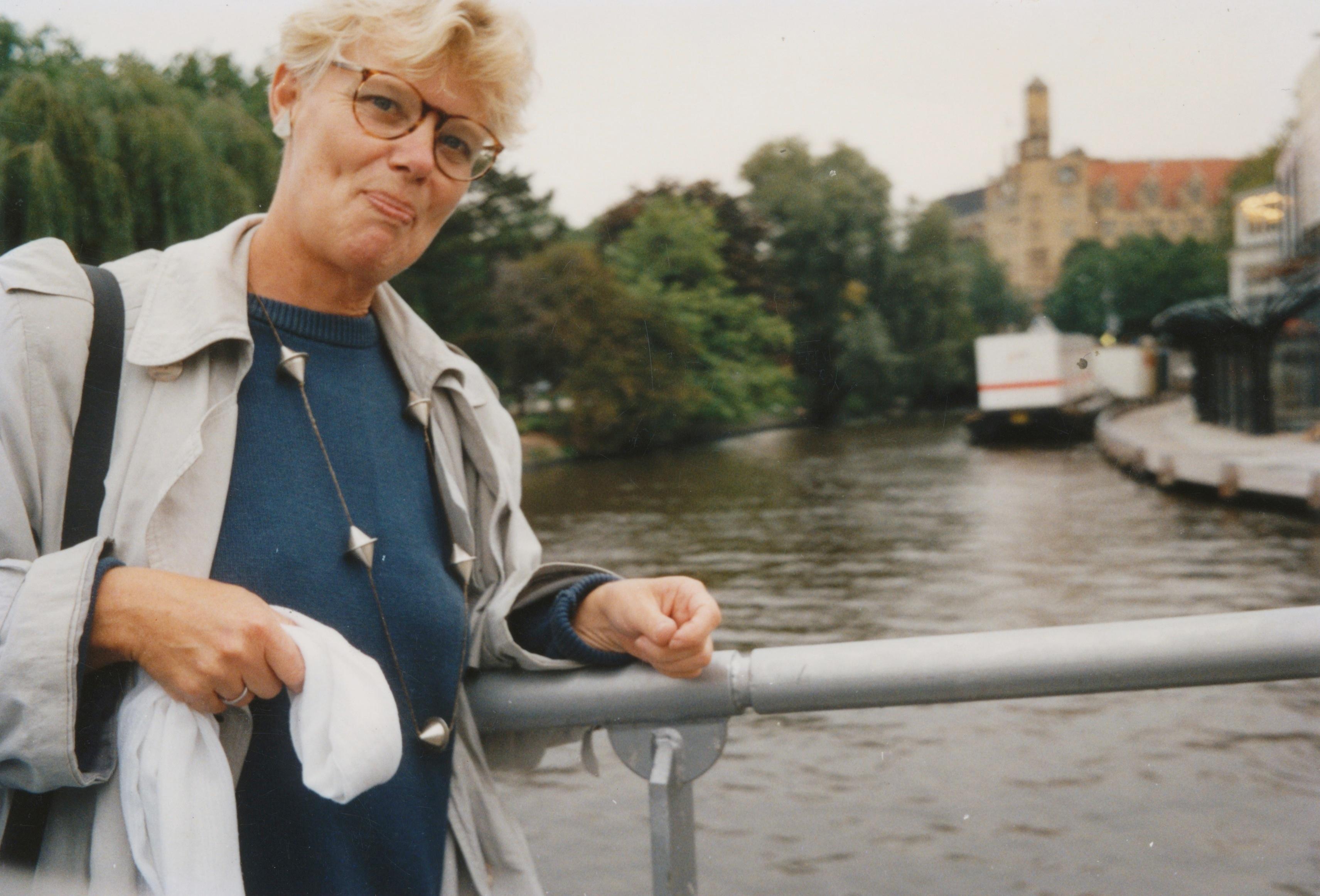 Claartje Keur, Zelfportret met halssieraad van Marion Herbst, Amsterdam, Max Euweplein, 1991. Foto Claartje Keur