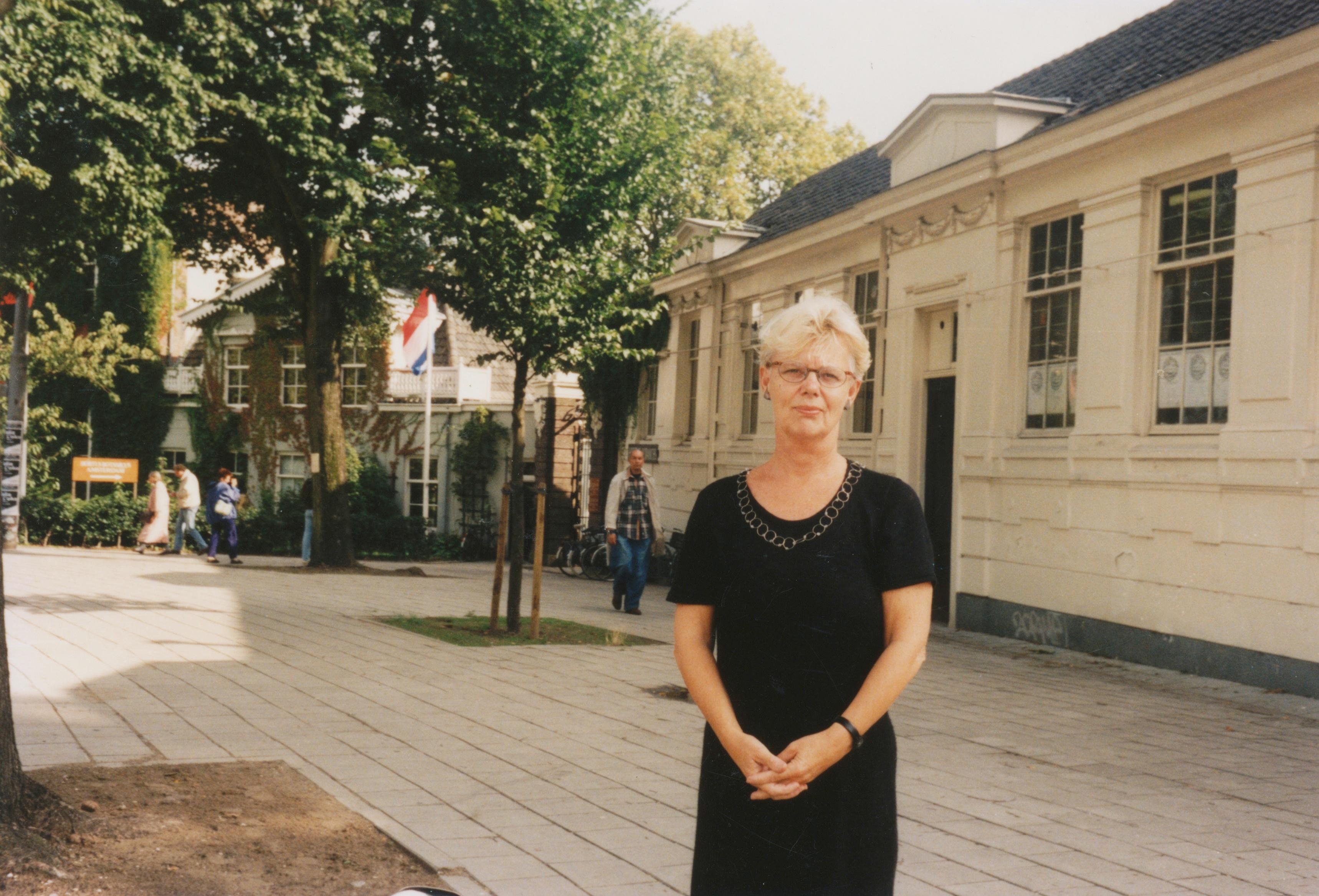 Claartje Keur, Zelfportret met halssieraad van Herman Hermsen, Amsterdam, Hortus Botanicus, 1995. Foto Claartje Keur