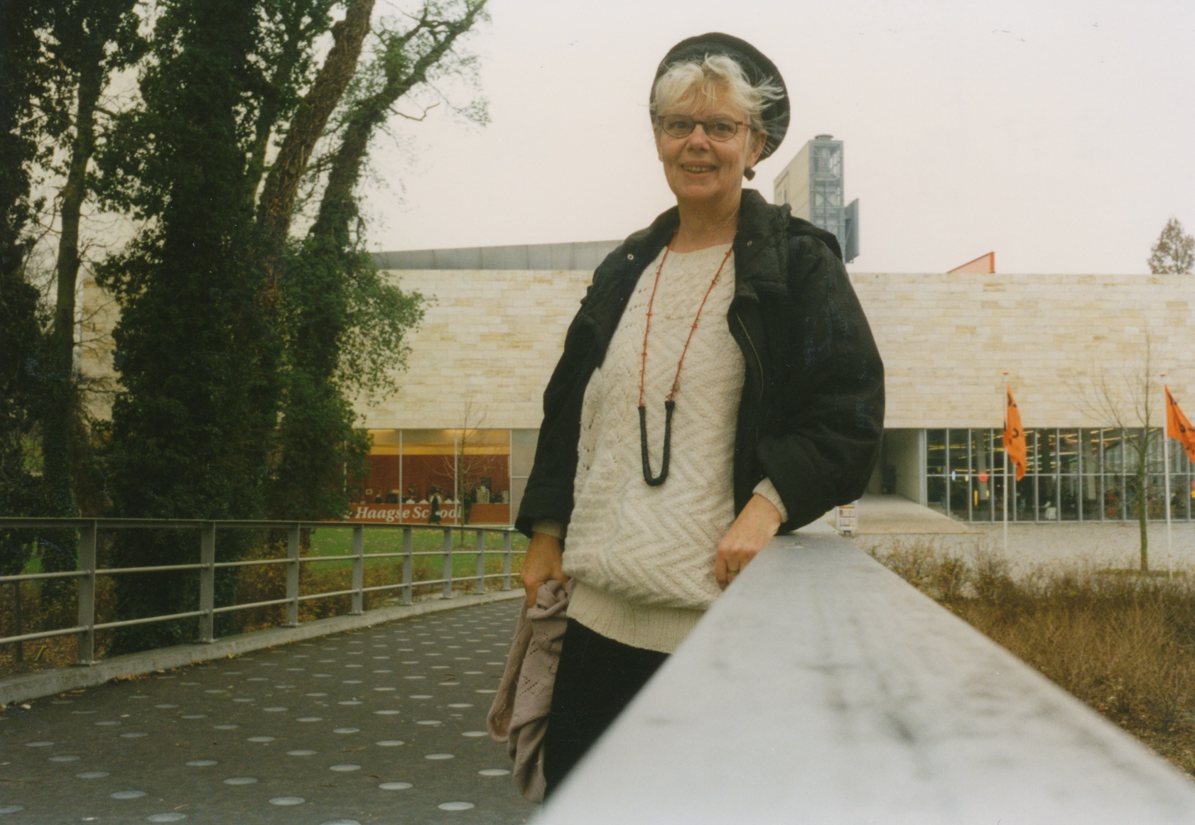 Claartje Keur, Zelfportret met halssieraad van Rian de Jong, Rotterdam, Kunsthal, 12 juni 1997. Foto Claartje Keur