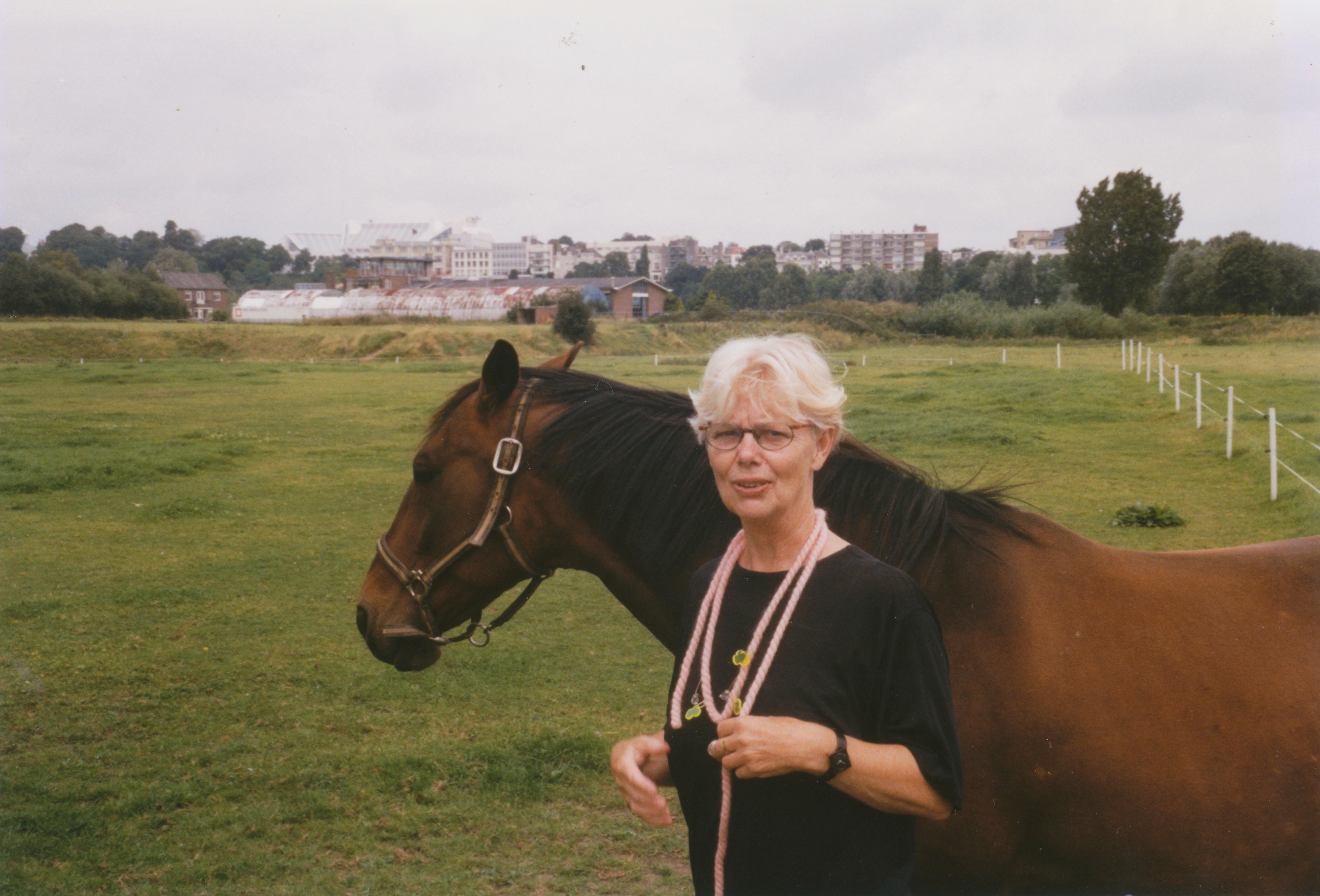 Claartje Keur, Zelfportret in weiland met halssieraad van Helen Frik, Arnhem, 5 augustus 1998. Foto Claartje Keur