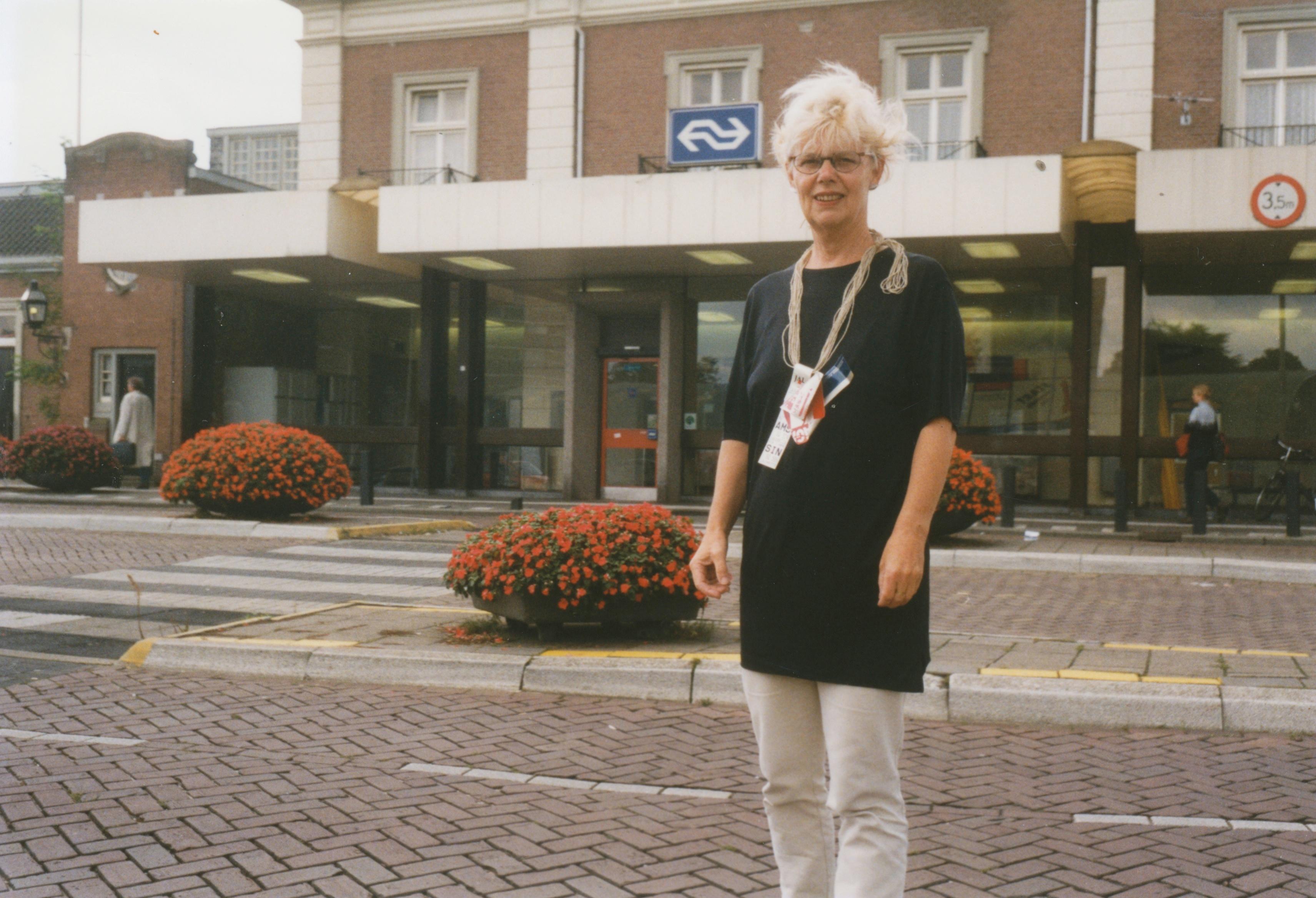 Claartje Keur, Zelfportret met halssieraad van Rob Scholte, Apeldoorn, Station, 10 september 1998. Foto Claartje Keur